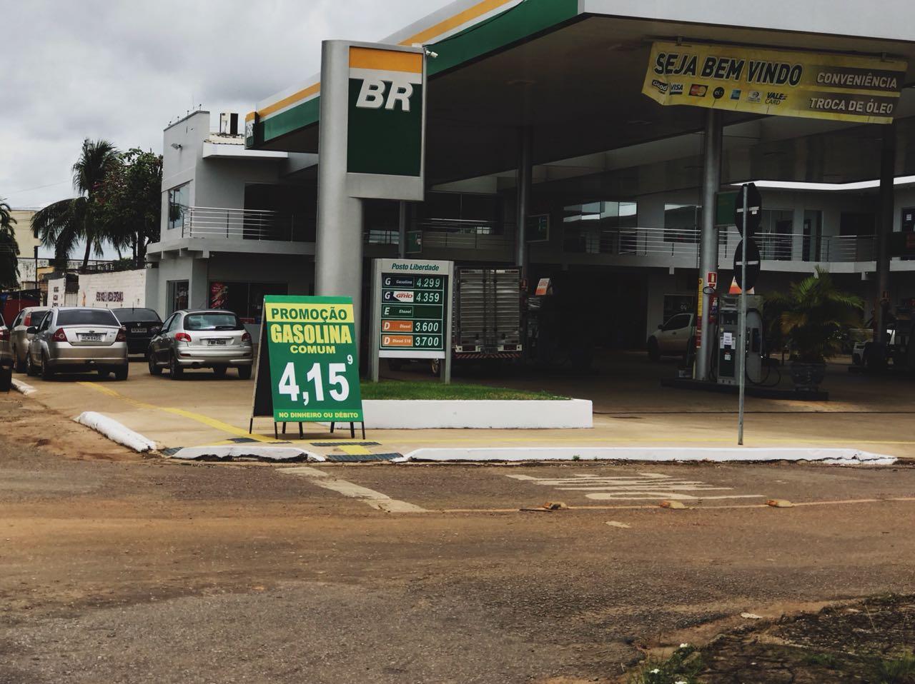 Foto mostra posto de combustível com preço da gasolina a R$ 4,15