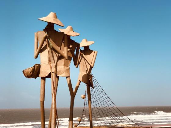 Praia em São Luís, com escultura dos pescadores na frente